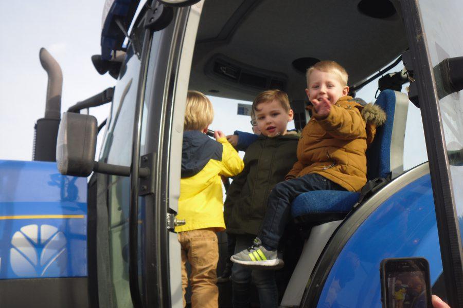 Samen op de tractor! Bedankt boer Karel! ;-)