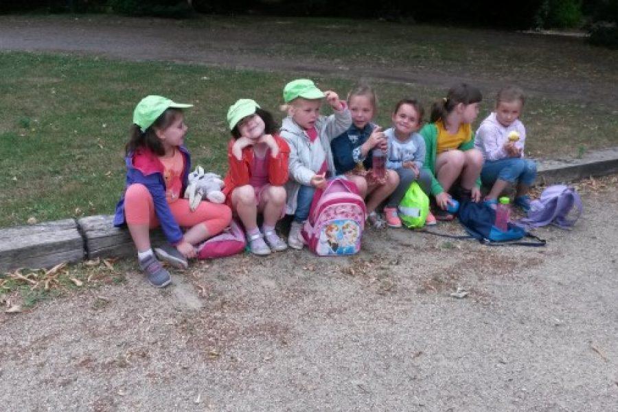 De derde kleuterklassen samen op stap met de eerste leerjaren