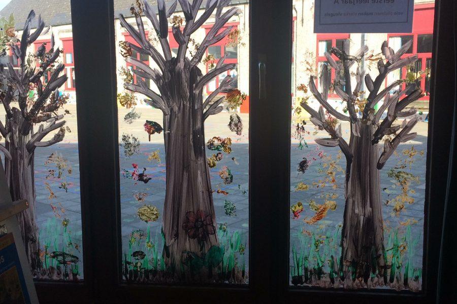 Herfstsfeer in onze klas. (knutselen, proef met regenwormen, bloembollen planten)