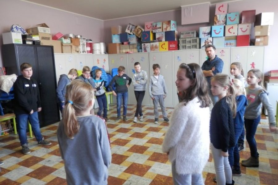 Een dramaworkshop op school gegeven door Jeugdtheater 'Ondersteboven' in 5B