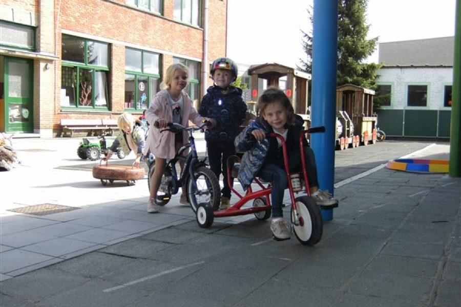 Fietsen met meegebrachte fietsjes of rollend materiaal van de school