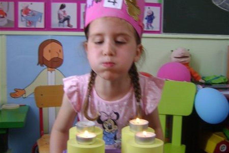 Jana is jarig in de Bijtjesklas!