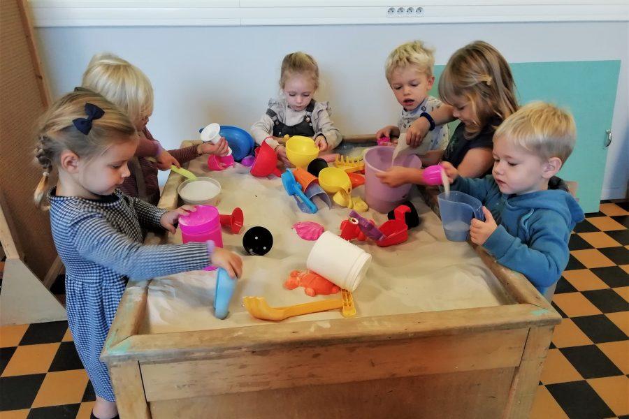 Spelen in de poppenhoek en de zandbak