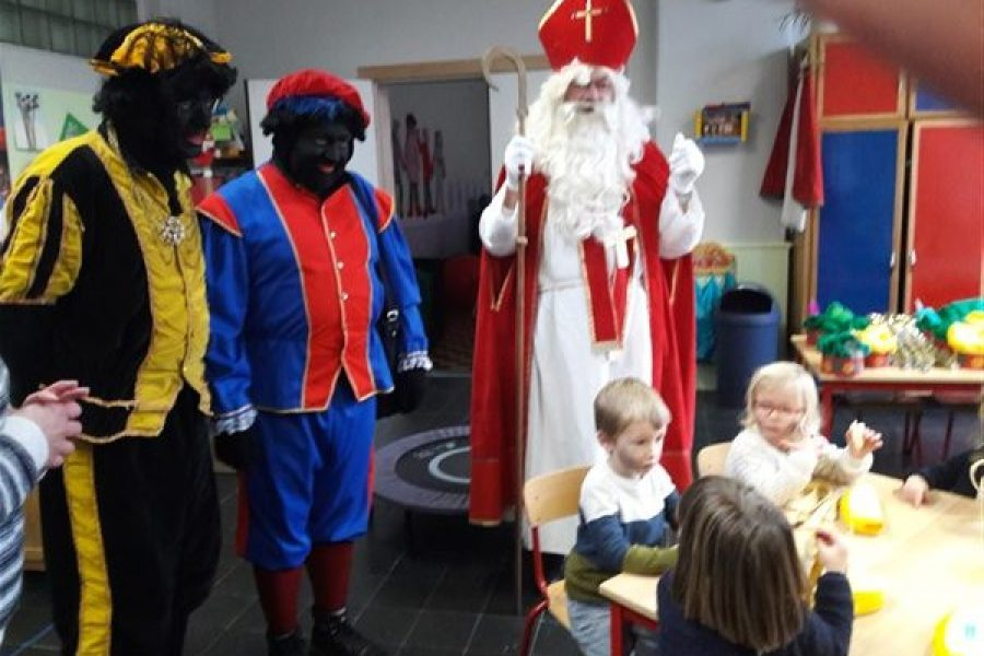 Sinterklaas en zijn 2 Zwarte Pieten kwamen nog een kijkje nemen in de Beertjesklas