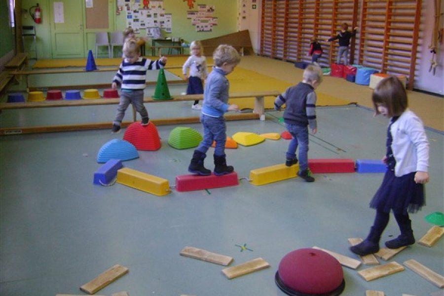 """De kleuters van de Beertjesklas oefenen hun""""evenwicht"""" in de turnzaal bij juf Els"""