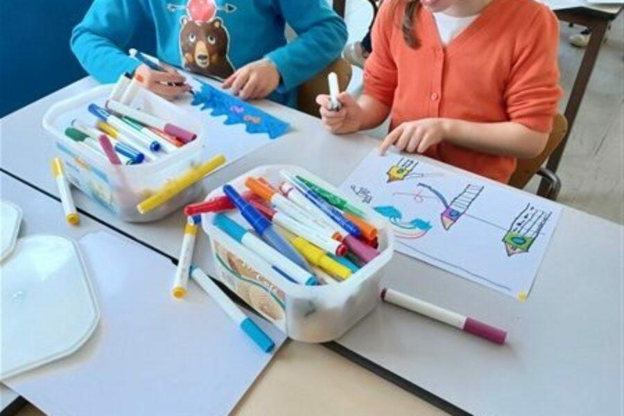 De kinderen van het eerste leerjaar kwamen nog eens spelen in de derde kleuterklas.