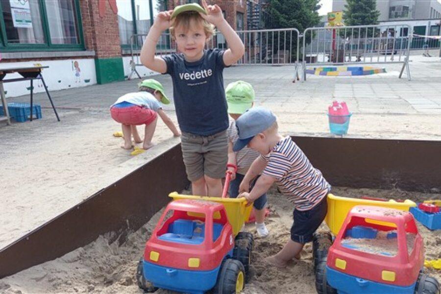 Samen genieten van het spelen in de zandbak, eendjes vissen, spelen met de bal.