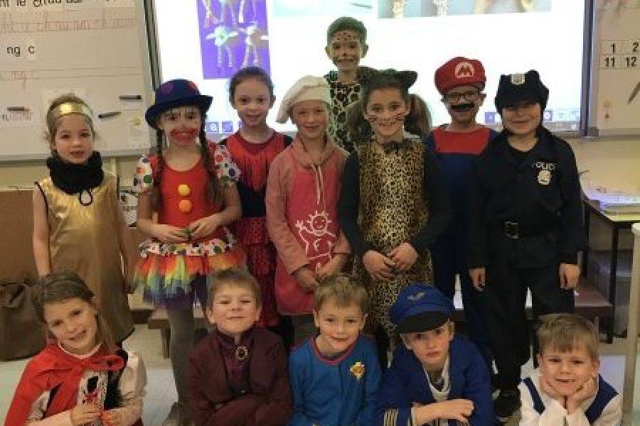 Carnaval, poppenkast, voorlezen en knutselen op school :)