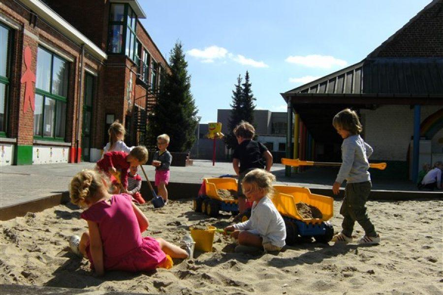 Vrij spel in de zandbak en op de speeltuin