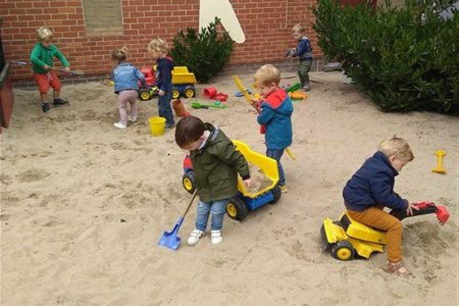 Samen genieten van het spelen in de zandbak.