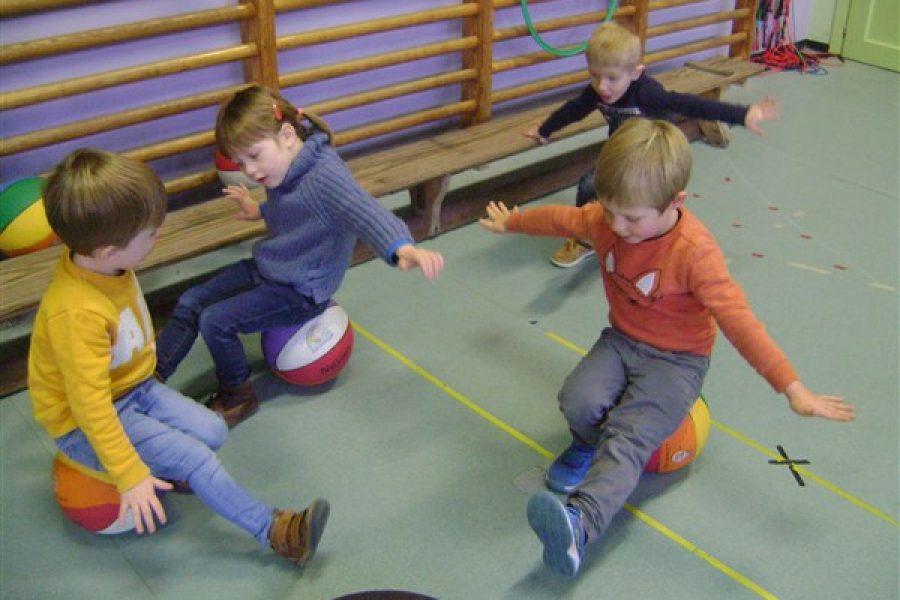 """De kleuters van de Dolfijnenklas oefenen hun""""evenwicht"""" in de turnzaal bij juf Els"""