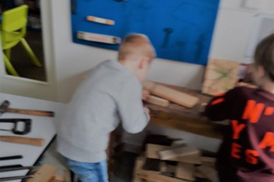 Wij  brachten hout mee naar de klas!