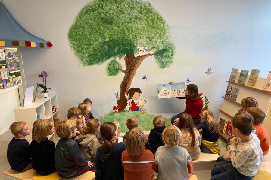 contractwerk, voerplankjes timmeren en luisteren naar een verhaal in onze leesruimte met afgewerkte muurschildering nu.